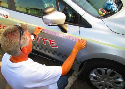 Pose autocollant publicite sur voiture